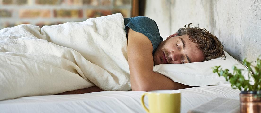 Hormem dorme tranquilamente e faz referência ao uso de melatonina
