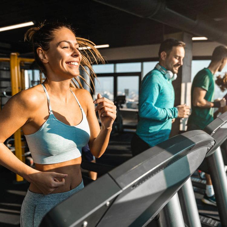 mulher se exercita e faz referência a perda de peso e medicamento para emagrecer