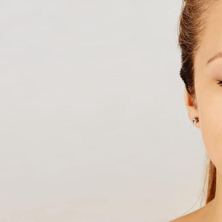 close up no rosto de uma mulher, com olhos fechados. Ela passa a sensação de equilíbrio e tranquilidade