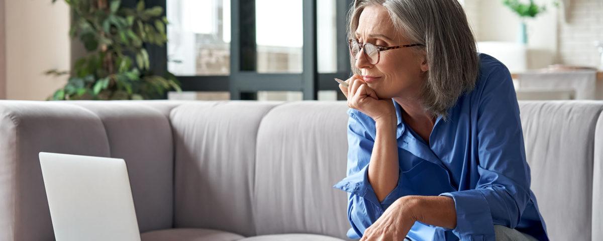 Mulher madura exercitando a mente para evitar doenças, como o Alzheimer