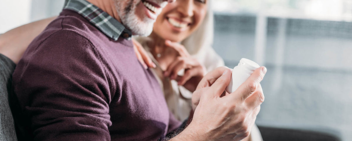 Casal tomando vitaminas para idosos